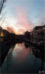 Cerminan langit di kanal Delft